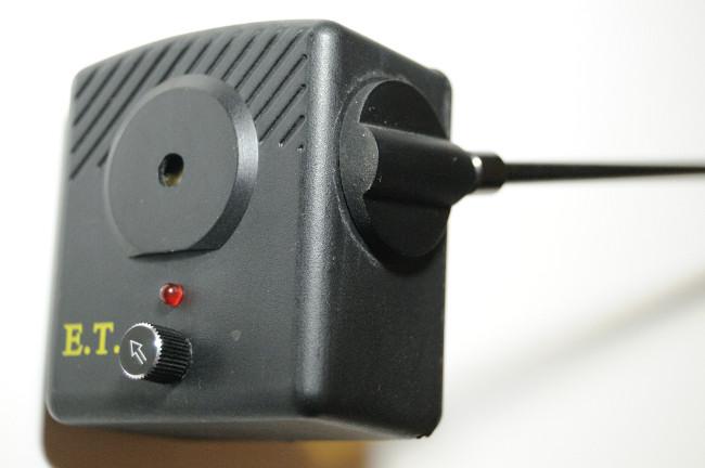 Die Lautstärkeregelung ist gleichzeitig auch der Ein- und Ausschalter. Der Arm lässt sich vom Gelenk abschrauben.