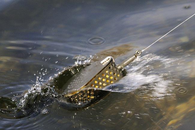 Anschließend kann man den Baitdropper mit einem Unterhandwurf an die gewünschte Stelle auswerfen oder in Ufernähe senkrecht absetzen.
